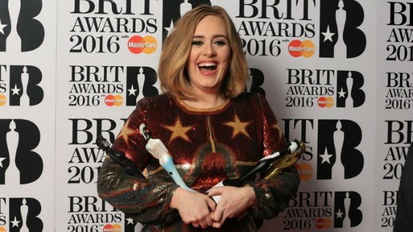 adele-brit-awards-2016-trofeus